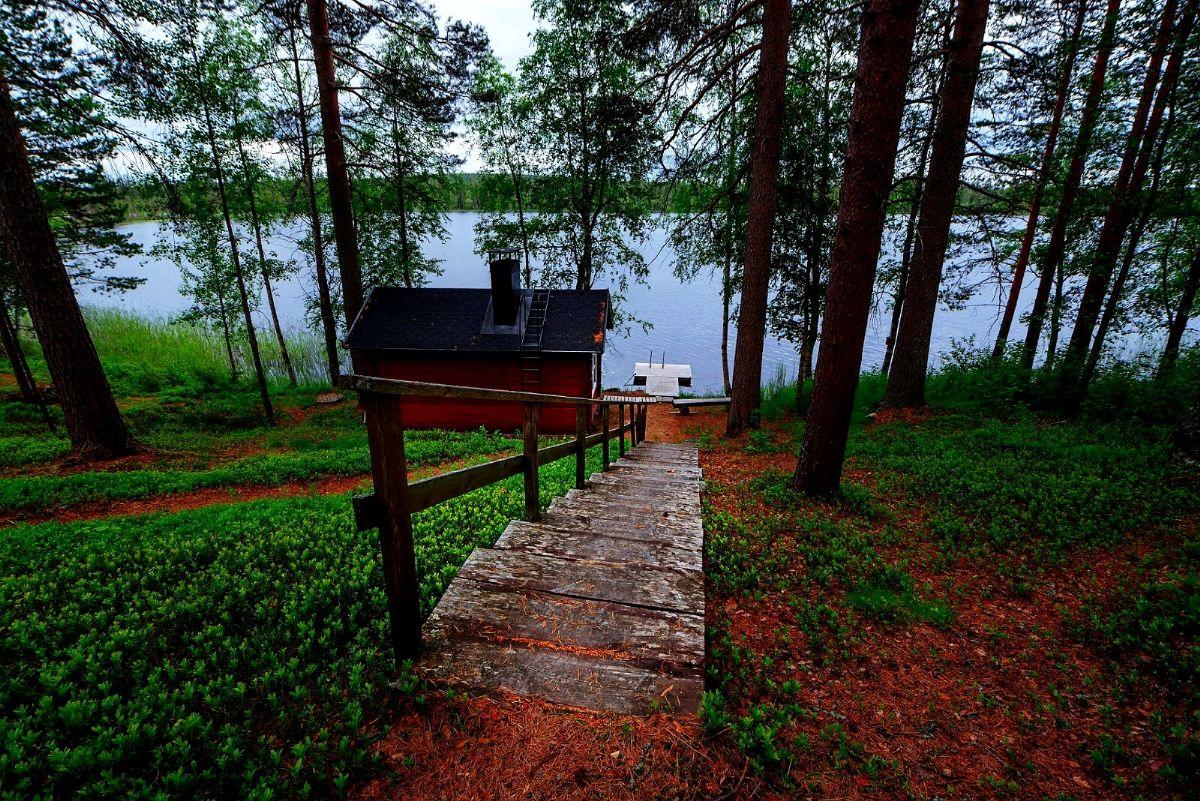 Sauna a legna nei pressi di un lago finlandese