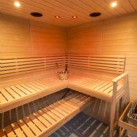 Sauna con cabina a elementi e sauna con cabina in legno massello