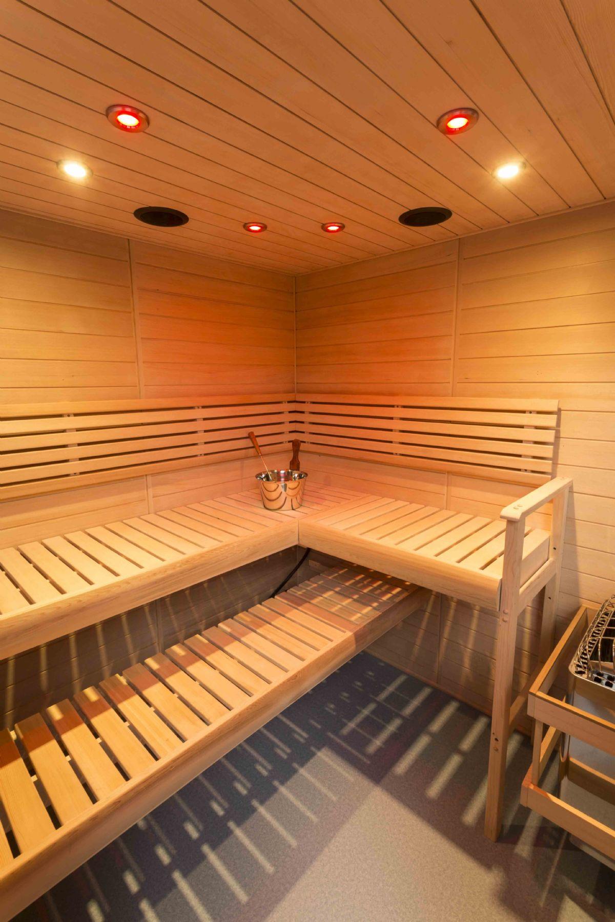 vista generale di cabina di sauna dal design volutamente più moderno